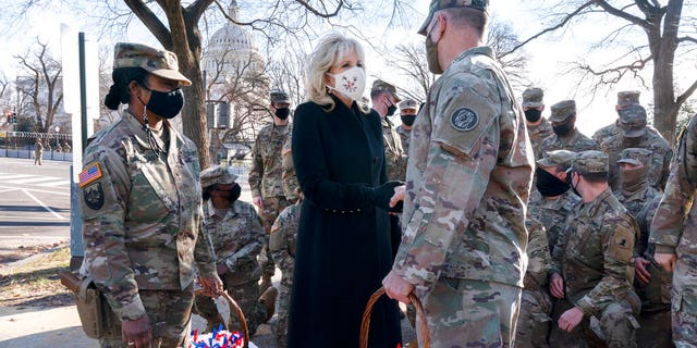 "Saying, ""The Biden's are a National Guard family,"" first lady Jill Biden greets members of the National Guard with chocolate chip cookies, Vrydag, Jan.. 22, 2021, aan die VS.. Kapitool in Washington. (AP Photo/Jacquelyn Martin, Swembad)"