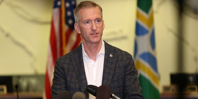 In questo agosto. 30, 2020 file photo Portland Mayor Ted Wheeler speaks during a news conference. Di lunedi, it was revealed that he pepper-sprayed a man who confronted him outside a pub over the weekend for not wearing a mask while dining. (Sean Meagher/The Oregonian via AP, file)
