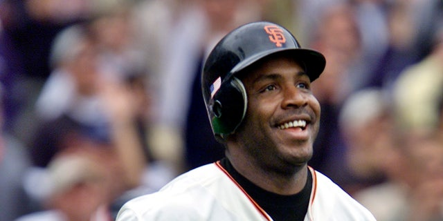 San Francisco Giants' Barry Bonds smiles as he begins to round the bases after he hit his 73rd home run of the season, against the Los Angeles Dodgers in a baseball game in San Francisco on Oct. 7, 2001.  (AP Photo/Eric Risberg, 文件)