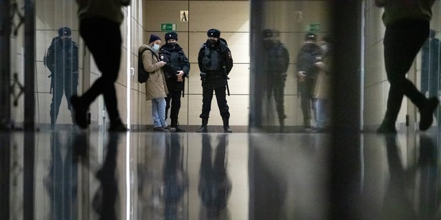 Police stand guard at the Foundation for Fighting Corruption office in Moscow, 러시아, 수요일, 1 월. 27, 2021. Police are searching the Moscow apartment of jailed Russian opposition leader Alexei Navalny, another apartment where his wife is living and two offices of his anti-corruption organization. Navalny's aides reported the Wednesday raids on social media. (AP Photo/Pavel Golovkin)