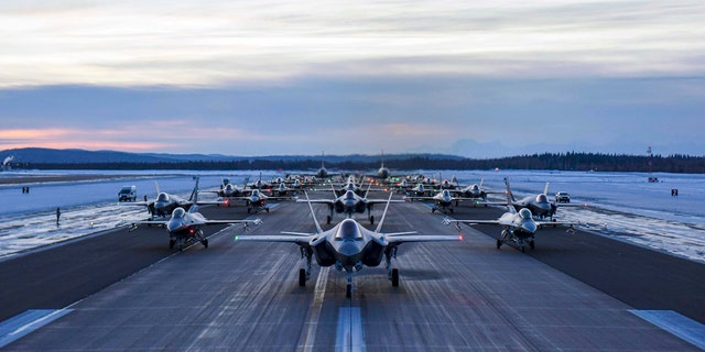 Aircraft assigned to the 354th Fighter Wing and 168th Wing park in formation on Eielson Air Force Base, Alaska, 12 월. 18, 2020. 위에 30 aircraft were quickly generated and prepared to launch in an effort demonstrating the readiness capabilities of the 354th Fighter Wing and the 168th Wing.