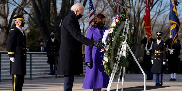 President Joe Biden and Vice President Kamala Harris participate in a wreath laying ceremony at the Tomb of the Unknown Soldier at Arlington National Cemetery in Arlington, 将. (美联社照片/ Evan Vucci)