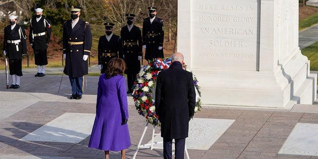 President Joe Biden and Vice President Kamala Harris lay a wreath at the Tomb of the Unknown Soldier at the Arlington National Cemetery, 在阿灵顿, VA, 星期三, 一月. 21, 2021. Joshua Roberts/Pool photo via AP)
