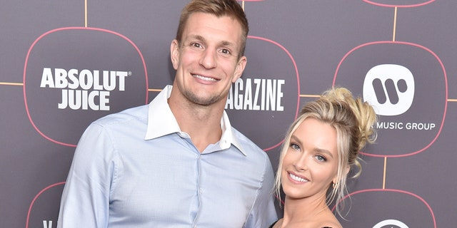 Model Camille Kostek (对) posted a celebratory photo on Instagram after her boyfriend Rob Gronkowski (剩下) secured a spot in the upcoming Super Bowl. (图片由Gregg DeGuire / FilmMagic提供)