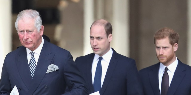 Prins Harry (reg) stepped back as a senior royal. His father, Prince Charles (links), and brother, Prince William (sentrum), will both serve as king in the future. (Photo by Chris Jackson/Getty Images)