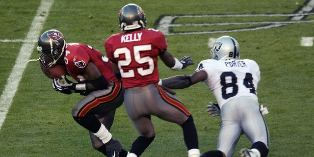 Dexter Jackson, 왼쪽, had two interceptions and was named Super Bowl MVP. (Photo by Ezra Shaw/Getty Images)