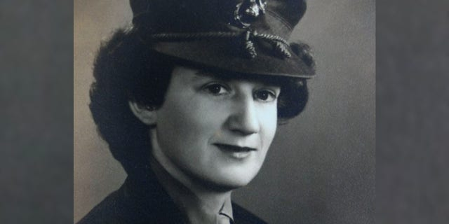 This photo provided by Beth Kluttz shows Dorothy Schmidt Cole in 1945. Dorothy Schmidt Cole, recognized last year as the oldest living U.S. Marine, 나이에 죽었다 107. The Marine Times says Dorothy Schmidt Cole died of a heart attack at her daughter's home in Kannapolis on Jan. 7, 2021. (Courtesy of Beth Kluttz via AP)