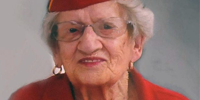 This photo provided by Beth Kluttz shows Dorothy Schmidt Cole. Dorothy Schmidt Cole, recognized last year as the oldest living U.S. Marine, 나이에 죽었다 107. The Marine Times says Dorothy Schmidt Cole died of a heart attack at her daughter's home in Kannapolis on Jan. 7, 2021. (Courtesy of Beth Kluttz via AP)