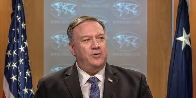 """माइक पोम्पिओ, अमेरिकी विदेश मंत्री, गुरुवार, 5 मार्च, 2020 को वाशिंगटन, डीसी, यूएस में विदेश विभाग में एक संवाददाता सम्मेलन के दौरान बोलते हैं। पोम्पिओ ने अफगानिस्तान में लगातार तालिबान के हमलों को एक कहा। """"गवारा नहीं"""" शांति प्रक्रिया में बाधा तब शुरू हुई जब अमेरिका ने पिछले सप्ताहांत में आतंकवादी समूह के साथ एक समझौते पर हस्ताक्षर किए।  फ़ोटोग्राफ़र: एलेक्स व्रोबलेव्स्की / ब्लूमबर्ग गेटी इमेज के माध्यम से"""