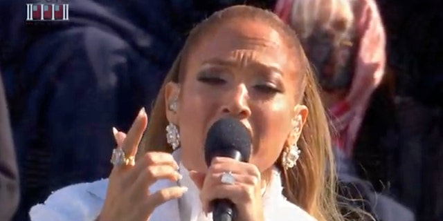 In this screengrab, Jennifer Lopez sings during the inauguration of U.S. President-elect Joe Biden on the West Front of the U.S. Capitol on January 20, 2021, in Washington, DC. After being sworn in Biden will deliver an inaugural address laying out his vision to defeat the pandemic, beter terug te bou, and unify and heal the nation.