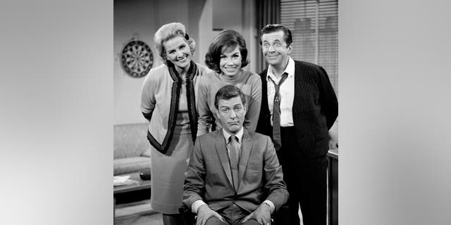 'The Dick Van Dyke Show' cast: <br> ​Standing, da sinistra a destra: Rose Marie, Mary Tyler Moore, Morey Amsterdam; (seated) Dick Van Dyke. Image dated 1961.