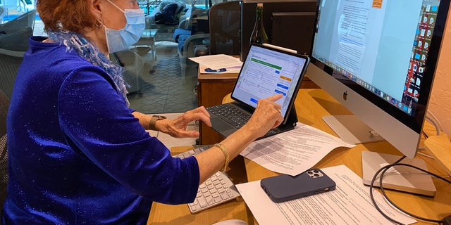 Nancy Smythe (图为) uses multiple devices for 3-4 hours each day to try and lock down a COVID-19 vaccine appointment. But no matter how many screens she uses, they always seem to get snatched up (Robert Sherman, 福克斯新闻).