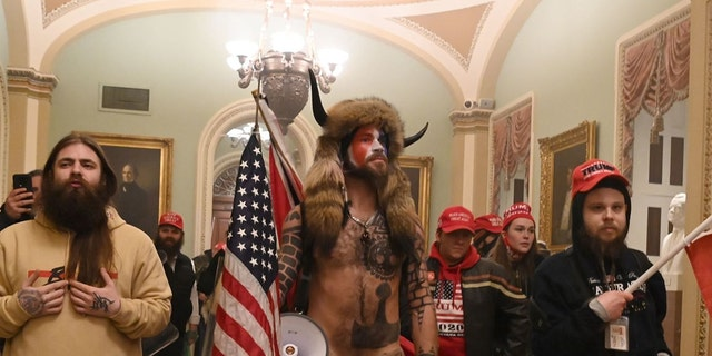 Supporters of President Trump, including QAnon backer Jake Angeli, aka Yellowstone Wolf (씨), enter the US Capitol on January 6, 2021, 워싱턴, D.C. (Photo by SAUL LOEB/AFP via Getty Images)