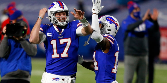 Buffalo Bills quarterback Josh Allen (17) laughs with wide receiver Stefon Diggs (14) before an NFL divisional round football game against the Baltimore Ravens Saturday, 1 월. 16, 2021, in Orchard Park, 뉴욕. (AP Photo/Jeffrey T. Barnes)