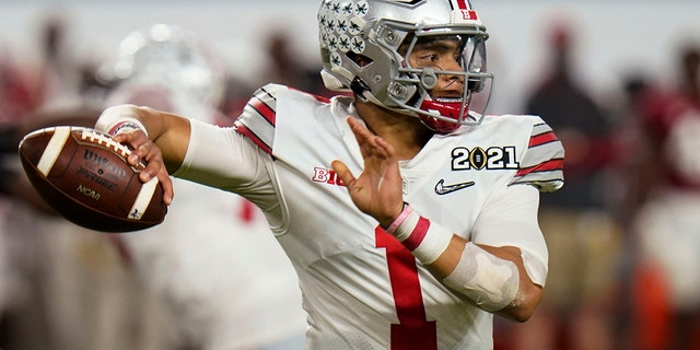 Ohio State quarterback Justin Fields passes against Alabama during the second half of an NCAA College Football Playoff national championship game, Maandag, Jan.. 11, 2021, in Miami Gardens, Fla. (AP Photo/Chris O'Meara)