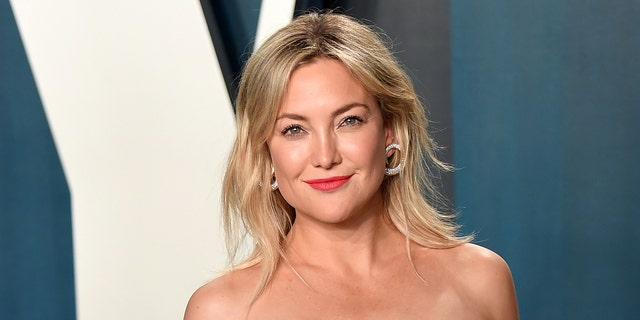 BEVERLY HILLS, CALIFORNIA - FEBRUARY 09: Kate Hudson has opened up about the 'estrangement' between herself and her father's family. (Photo by Karwai Tang/Getty Images)