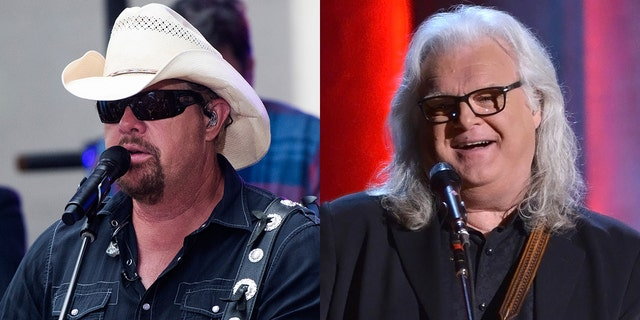 Toby Keith (엘) and Ricky Skaggs (아르 자형) were slammed on Twitter for accepting medals from Trump during his second impeachment.