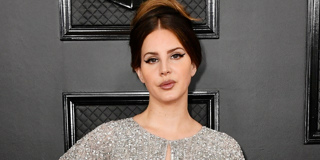 Lana Del Rey defended herself against criticism about her new album cover.