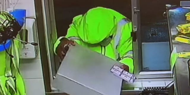 The suspect yanked the cash register drawer out through the drive-thru window and ran away, ondersoekbeamptes gesê.