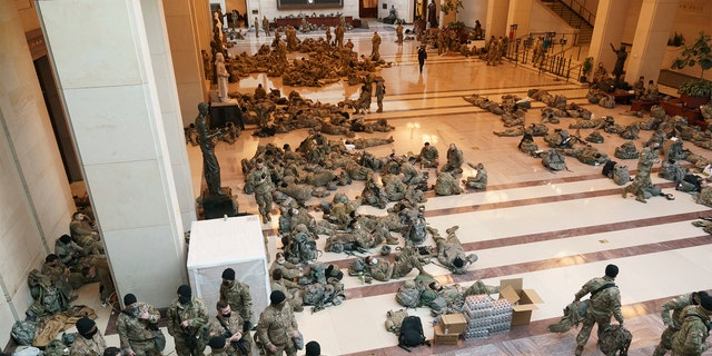 Hundreds of National Guard troops hold inside the Capitol Visitor's Center to reinforce security at the Capitol in Washington, 星期三, 一月. 13, 2021. The House of Representatives is pursuing an article of impeachment against President Donald Trump for his role in inciting an angry mob to storm the Capitol last week. (AP Photo/J. Scott Applewhite)