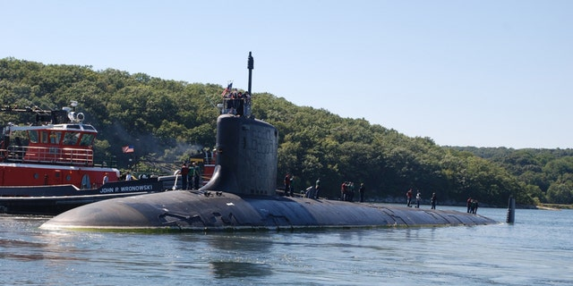 The attack submarine USS Virginia departs Naval Submarine Base New London en route to Portsmouth Naval Shipyard in Kittery, Maine in 2010 - lêerfoto.