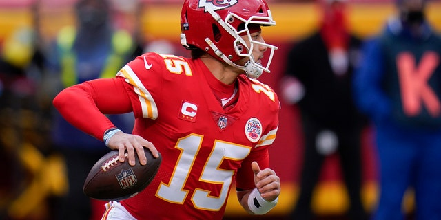 Kansas City Chiefs quarterback Patrick Mahomes looks to pass during the first half of an NFL divisional round football game against the Cleveland Browns, Sondag, Jan.. 17, 2021, in Kansas City. (AP Photo/Jeff Roberson)