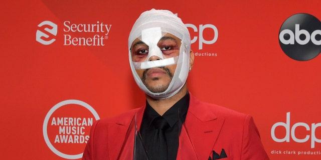 द वीकेंड पहले अमेरिकन म्यूज़िक अवार्ड्स में चेहरे की पट्टियाँ पहने दिखाई दिए, लेकिन यह स्पष्ट नहीं है कि वे उनकी नई उपस्थिति से संबंधित हैं।  (गेटी इमेजेज)