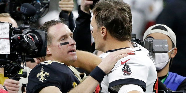 Il quarterback dei New Orleans Saints Drew Brees, center left, speaks with Tampa Bay Buccaneers quarterback Tom Brady after an NFL divisional round playoff football game, Domenica, Jan. 17, 2021, in New Orleans. The Buccaneers won 30-20. (AP Photo/Butch Dill)