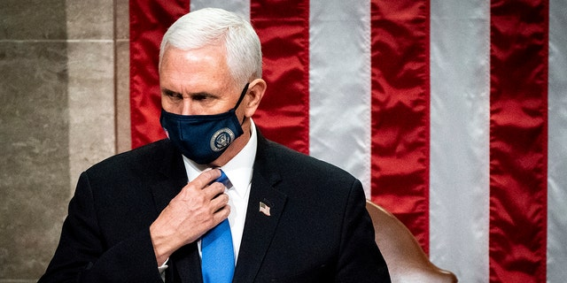 Vice President Mike Pence officiates as a joint session of the House and Senate reconvenes to confirm the Electoral College votes at the Capitol, Woensdag, Jan. 6, 2021. (Associated Press)