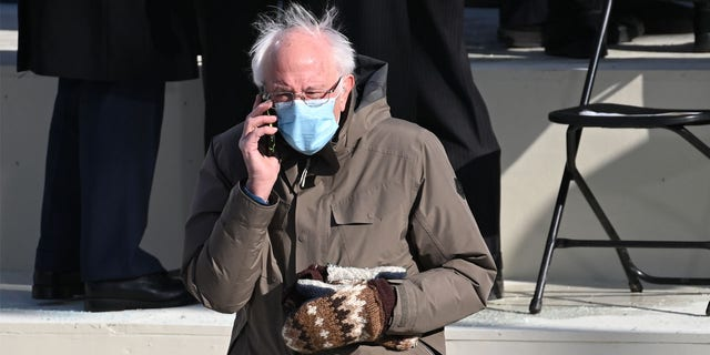 Sanders has apparently been wearing the mittens -- made by a teacher from Essex Junction, 버몬트 --  for several years. (Saul Loeb/Pool Photo via AP)