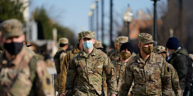 Members of the DC National Guard walk around the U.S. Capitol grounds on Jan. 7 워싱턴. A few thousand troops could remain in the capital until mid-March, Fox News는 배웠습니다. (AP 사진 / Julio Cortez)