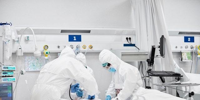 Медицинский персонал в отделениях интенсивной терапии (ОИТ) несет ответственность за уход за тяжелобольными пациентами.  (iStock)