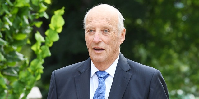 King Harald V of Norway will undergo surgery on his right knee for a tendon problem.