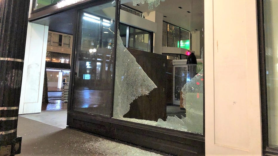 Portland rioters smash courthouse window, damage businesses before police declare unlawful assembly