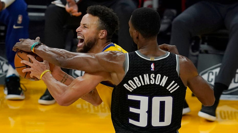 Curry scores 30 after career night, Warriors beat Kings