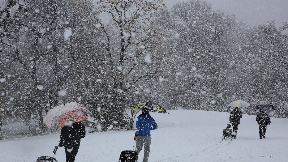 Texas sees rare heavy snowfall as winter storm sweeps through region