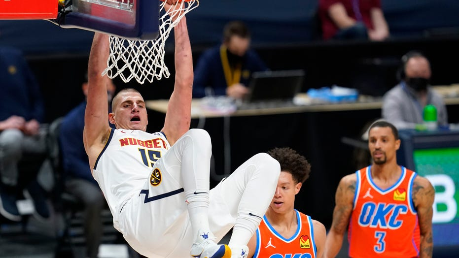 Jokic scores 27 在 3 quarters, Nuggets rout Thunder 119-101