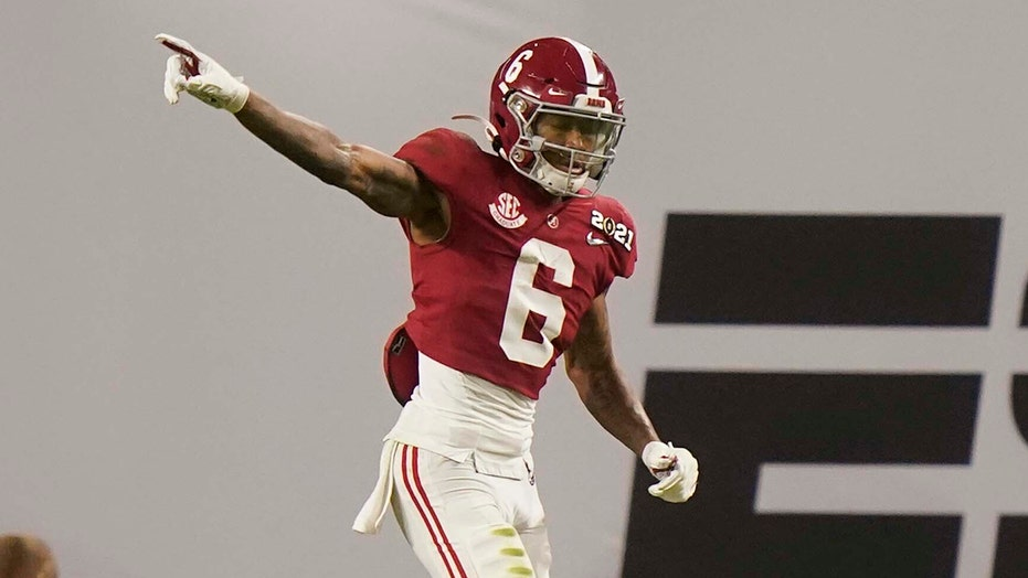 Alabama's Devonta Smith leaves national title game with hand injury after incredible 1st half