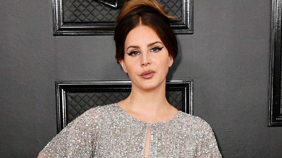 Lana Del Rey si difende dal contraccolpo sulla mancanza di diversità sulla copertina del nuovo album