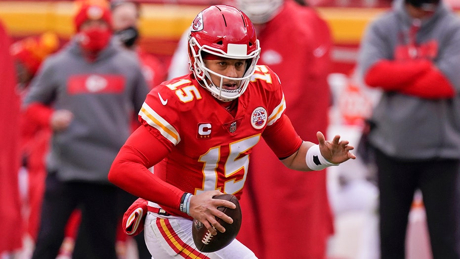 Chiefs' Patrick Mahomes knocked out of playoff game after scary hit