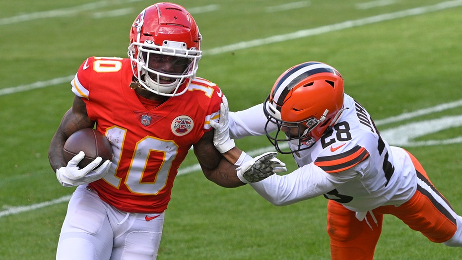 Chiefs' Tyreek Hill shoves assistant coach on sidelines
