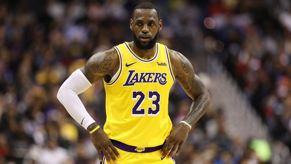 Lakers' LeBron James nails no-look 3-pointer to win $100 in-game bet