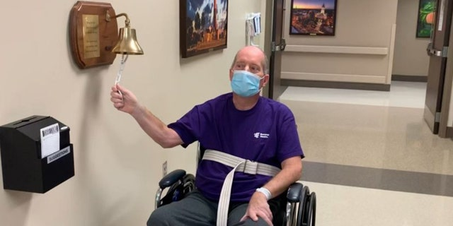 La primera celebración de Chris Sickel fue el viernes pasado cuando antes de irse a casa tocó la campana en el Hospital de Rehabilitación de Salud Encompass después de una estancia de 10 días. (Chris Sickel)