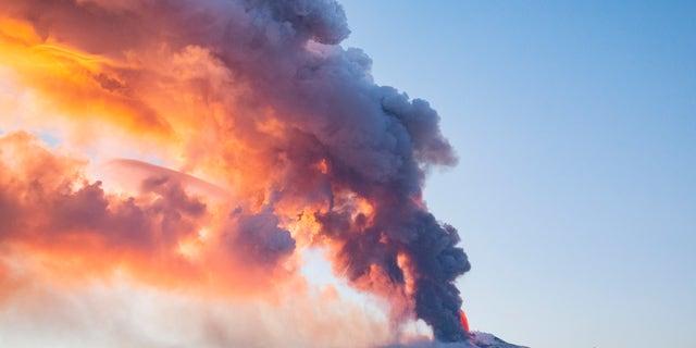 Lava plūst no Etnas kalna vulkāna netālu no Katānijas, Sicīlijā, otrdien, 2021. gada 16. februārī. Aktīvākais vulkāns Eiropā otrdien dzīvs parādījās ap pulksten 16 pēc vietējā laika, ziņo Itālijas Ģeofizikas un vulkanoloģijas institūts.  (AP foto / Salvatore Allegra)