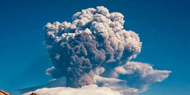 Dūmu plūst no Etnas, aktīvākā vulkāna Eiropā, otrdienas, 2021. gada 16. februārī. Etnas kalns Sicīlijā, Itālijas dienvidos, ir atgriezies pie iespaidīgas vulkāniskās kustības, sūtot pelnus un lavas.  (Deivids Anastasi / La Presse, izmantojot asociēto presi)
