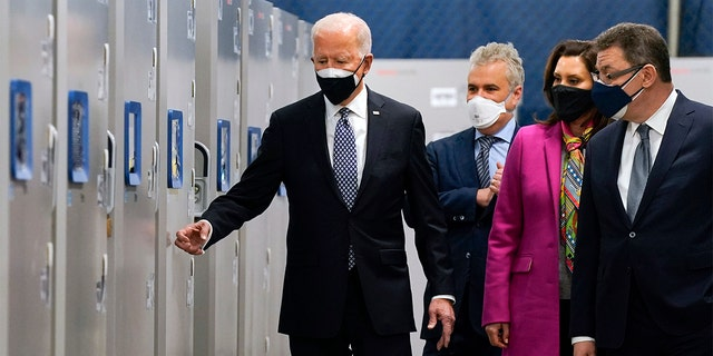 President Joe Biden walks with Albert Bourla, Pfizer CEO, 对, 密西根州政府. 格雷琴·惠特默, second from right, and Jeff Zients, White House coronavirus response coordinator, as he tours of a Pfizer manufacturing site, 星期五, 二月. 19, 2021, in Portage, 我. (美联社照片/ Evan Vucci)