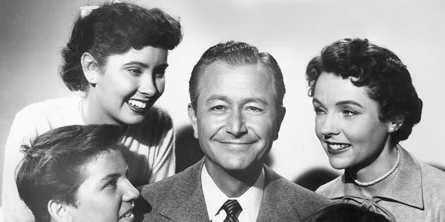 Promotional portrait of the cast of the television series, 'Father Knows Best'. Clockwise from lower left: Billy Gray, Elinor Donahue, Robert Young, Jane Wyatt and Lauren Chapin.