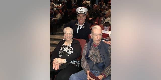 تازا جنیس دین ، دی و میکی نیومن ، در مراسم ترویج پسرشان شان برای فرمانده گردان شرکت می کنند