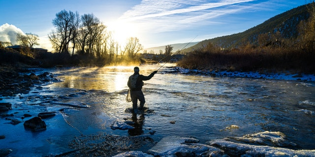A fly fisherman (nie op die foto nie) in Colorado was filmed riding a chunk of ice down the Arkansas river. The video was posted on TikTok last week. (iStock)