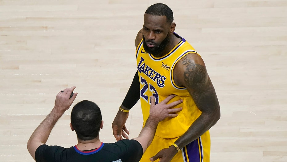 LeBron James heckled by fans during Lakers game, refs briefly stop play